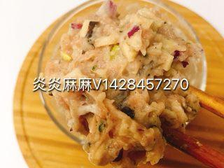 肉酿香菇,猪肉,洋葱剁成泥、加入香菇碎、鹌鹑蛋、淀粉、海苔粉、牛油果油搅拌均匀。