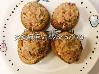 肉酿香菇,将拌好的肉馅酿到香港里面,上锅蒸熟。