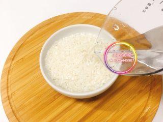 香蕉紫薯粥,大米清水浸泡15分钟