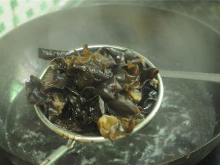 开胃拌木耳,烧开一锅水,将处理好的黑木耳放进去,汆烫熟透后捞出沥干水,放在盘子里(如果是夏天,想吃凉的,可以放入冰水里浸泡几分钟)
