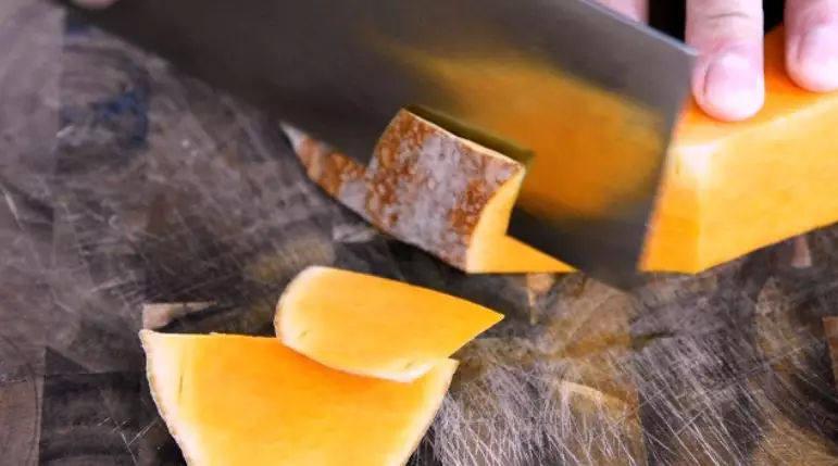 让你一眼就喜欢的——蜜汁南瓜的做法,南瓜去皮,切厚片