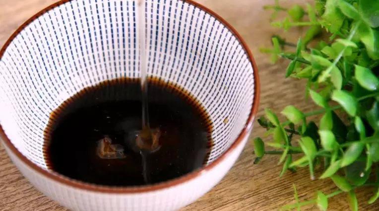 让你一眼就喜欢的——蜜汁南瓜的做法,碗中倒入陈醋、蜂蜜、清水,搅拌均匀