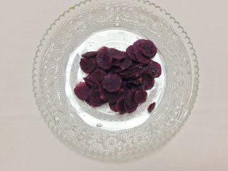 奶香紫薯泥,将紫薯蒸熟