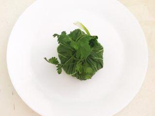非常独特的东北饭包,用一根香菜叶把白菜叶上端捆住,一个饭包做好了