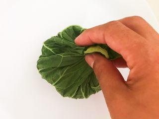 非常独特的东北饭包,把白菜叶四周捏起来,把米饭裹紧