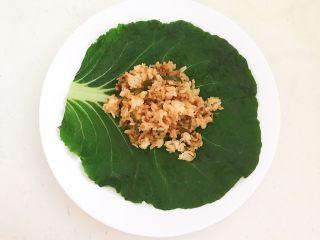 非常独特的东北饭包,在白菜叶上面加入2勺拌酱米饭