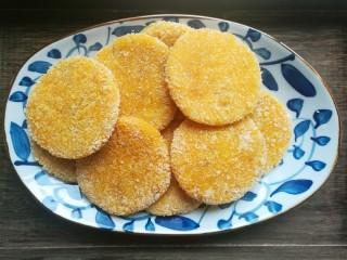 南瓜可乐饼,烙好所有南瓜可乐饼盛入盘中,趁热吃,绵软香糯,好吃极了。