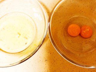 舒芙蕾,将两个鸡蛋的蛋黄和蛋清分离。
