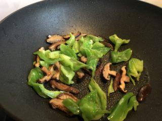 低脂晚餐之嫩溜鸡片,炒至青椒边缘略焦。