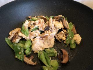 低脂晚餐之嫩溜鸡片,过程中注意将鸡片拔散,避免熟度不均匀。
