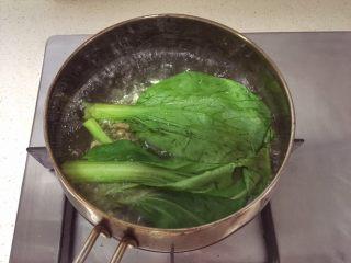 宝宝辅食12M➕:玉米虾仁意面,青菜绰水一分钟后淋干水分剁碎