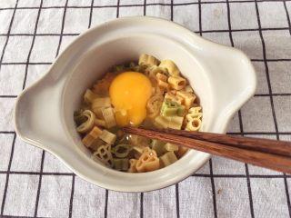 宝宝辅食12M➕:玉米虾仁意面,将煮好的意面控下水分,稍微冷却一下,打入一个鸡蛋,加入少许淀粉