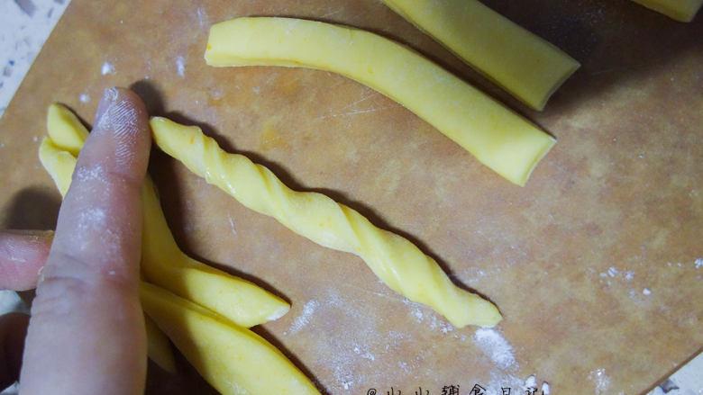 橙香无油无糖磨牙棒,将面条扭一扭,头尾用手将面团整圆润一点,这样烤好以后不容易弄伤孩子的嘴巴