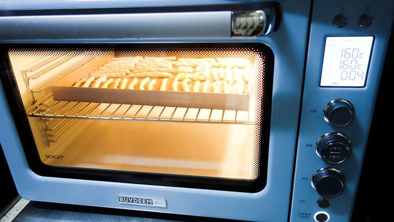 橙香无油无糖磨牙棒,烤箱预热160度,烤20分钟左右,时间根据面团的粗细决定,粗的话要延长时间,里外都是脆的就可以了