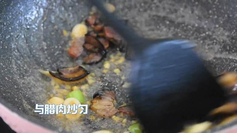 芥蓝炒腊肉—芥蓝清脆爽口,腊肉越嚼越香,与腊肉炒匀。
