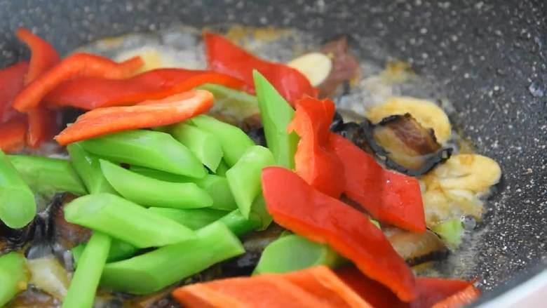 芥蓝炒腊肉—芥蓝清脆爽口,腊肉越嚼越香,入芥蓝、红椒片,大火快炒至红椒断生。