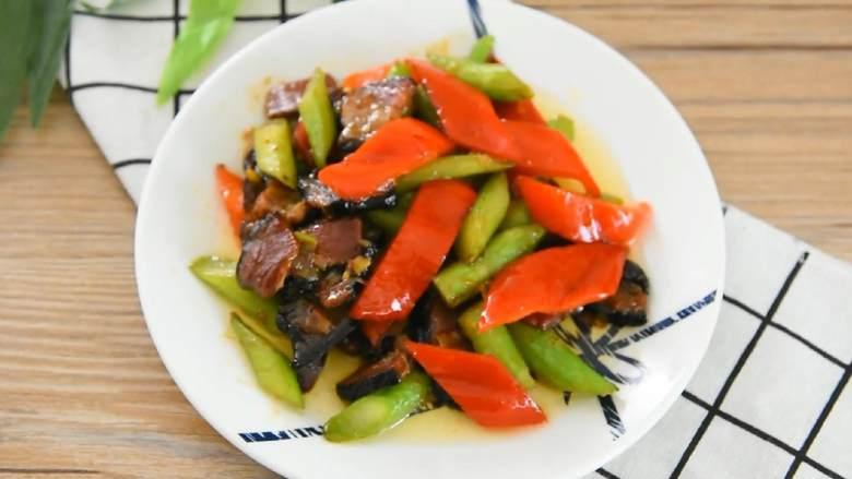 芥蓝炒腊肉—芥蓝清脆爽口,腊肉越嚼越香,家常便饭的最佳搭配—芥蓝炒腊肉。