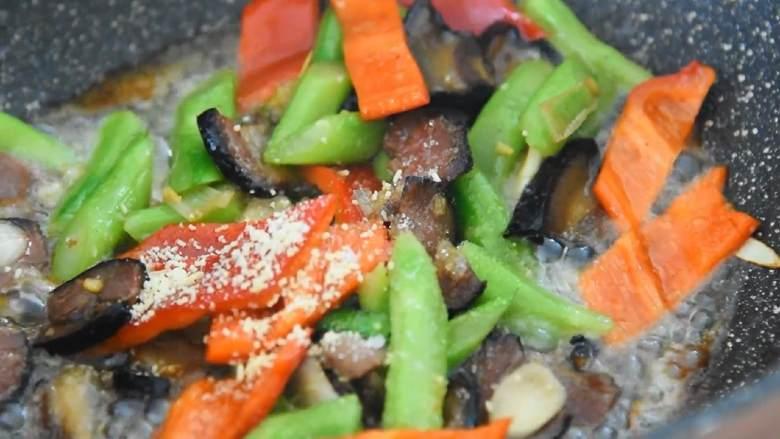 芥蓝炒腊肉—芥蓝清脆爽口,腊肉越嚼越香,加入1勺糖、1勺鸡精、1勺水淀粉,炒匀即可。