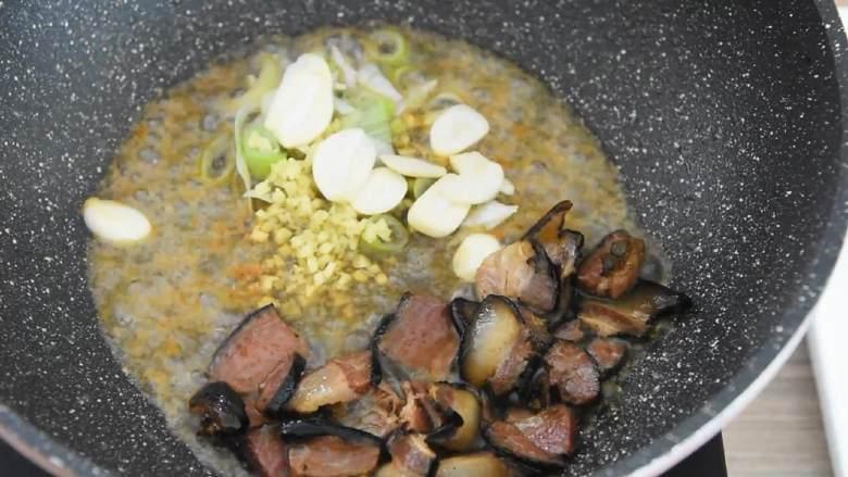 芥蓝炒腊肉—芥蓝清脆爽口,腊肉越嚼越香,腊肉推至锅边,入葱花、姜末、蒜片,大火炒香。