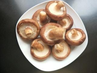 肉沫酿香菇盒子,新鲜香菇洗净。