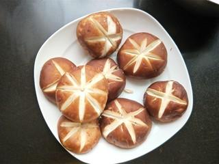肉沫酿香菇盒子,用刀在香菇上刻花。