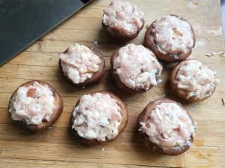 肉沫酿香菇盒子,用手挤一个肉丸子大的肉馅放到香菇上。