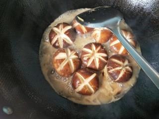 肉沫酿香菇盒子,倒入刚才留下的香菇水,放适量的盐,大火烧开。