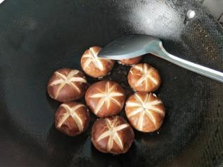 肉沫酿香菇盒子,将香菇有肉的一面放入锅内,给肉馅定型。
