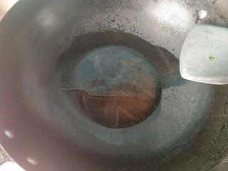 肉沫酿香菇盒子,锅内放油,烧热。