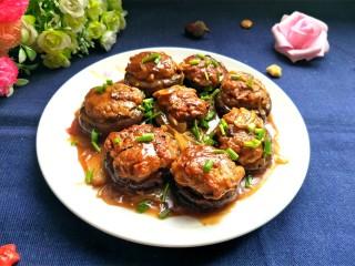 肉沫酿香菇盒子,很香很香的,咬一口,口感醇厚,特别满足。