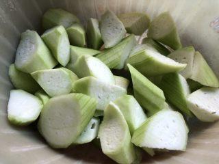 低脂晚餐之农家丝瓜煲,丝瓜去皮,切滚刀块。
