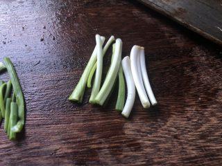 低脂晚餐之农家丝瓜煲,小葱切出葱白。