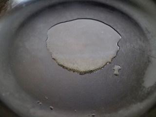 鲜美飘香的蒜蓉粉丝蒸虾,将蒸好的虾取出后撒上撒上香葱丝,起锅将一勺葵花籽油烧热,趁热浇在香葱和蒜末上即可,一勺热油浇上蒜香葱香扑面而来。