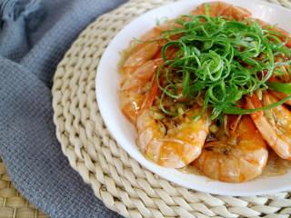 鲜美飘香的蒜蓉粉丝蒸虾,美味鲜美的蒜蓉蒸虾完成了。