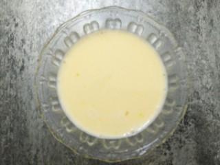 """剩饭这样做,""""蒸""""的不一样,加入牛奶淀粉液搅拌均匀,成大米布丁液。"""