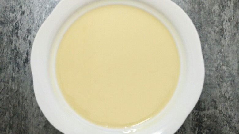 """剩饭这样做,""""蒸""""的不一样,把混合好的大米布丁液过筛两次,过滤出大气泡,让布丁液更顺滑。"""