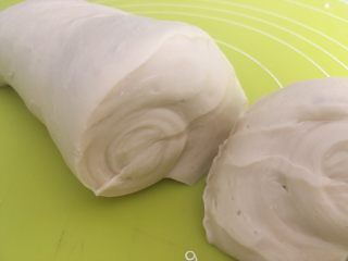 手揉可颂牛角包,大约揉个3、5分钟,酵母跟面团充分融合,有小部分颗粒,切下一小块面团,组织中气孔很少,面团很紧实