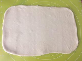 手揉可颂牛角包,将面团揉均匀,揉面垫上撒点干粉,擀成长方形,之后入冰箱冷冻20分钟