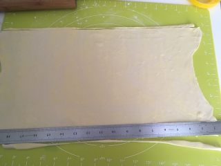 手揉可颂牛角包,用尺子裁成规则的长方形