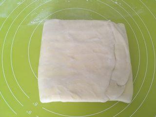 手揉可颂牛角包,之后折成三折,入冰箱冷冻10分钟