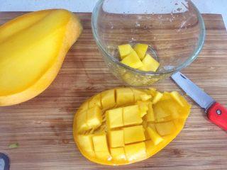 宝宝辅食18M➕芒果西米露,芒果切粒,整齐的芒果粒留作装饰
