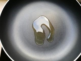 火腿彩蔬炒意粉,锅里放适量的油