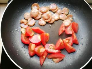 火腿彩蔬炒意粉,然后加入番茄
