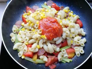 火腿彩蔬炒意粉,加两汤匙自制披萨酱(没有的亲可以用番茄酱代替,味道差点点)。
