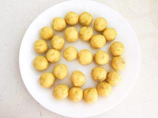 美味小零食   无油版红薯椰香小方,把椰蓉红薯泥搓成直径2㎝的小球