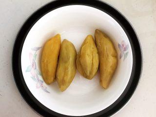 美味小零食   无油版红薯椰香小方,把蒸熟的红薯取出来,放入一个大碗里