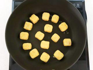 美味小零食   无油版红薯椰香小方,炒锅烧至5分热加入红薯饼坯,全程小火烙制