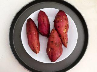 美味小零食   无油版红薯椰香小方,把有机栗面红薯清洗干净