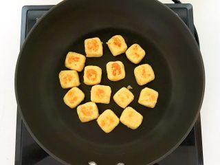 美味小零食   无油版红薯椰香小方,烙制一面金黄即可翻面,要把红薯饼的6个面都烙制金黄