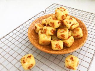 美味小零食   无油版红薯椰香小方,香甜软糯的红薯椰蓉小方,椰香浓郁,香甜可口,营养丰富,这是一款非常好吃的小零食,很适合宝宝食用~